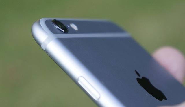 iPhone 6 là chiếc điện thoại đầu tiên của Apple có camera lồi.