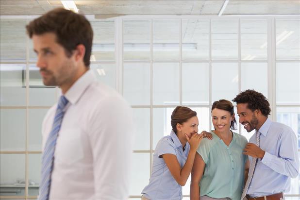 Hãy tránh những cuộc tán gẫu về đồng nghiệp vắng mặt nơi công sở.