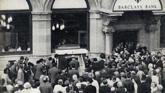 Lễ giới thiệu máy ATM đầu tiên. Ảnh: Barclays