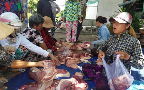 Một điểm bán thịt lợn lưu động do chủ trại lợn bày bán