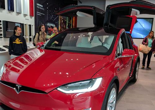 Một trong những mẫu ô tô điện do hãng Tesla (Mỹ) chế tạo và sản xuất. (Ảnh chụp tại Mỹ) Ảnh: Hoài Dương