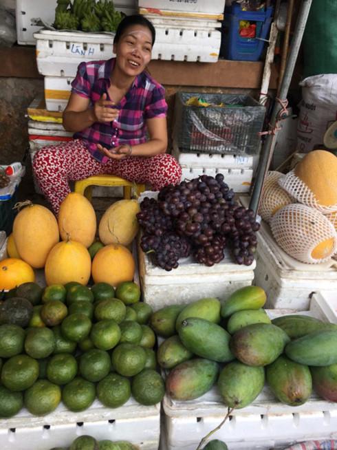 Một sạp hàng bày bán nhiều hoa quả ở chợ Hà Đông, Hà Nội