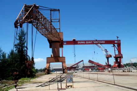 Cẩu trục nằm bất động bên ụ tàu số 1, nhà máy đóng tàu Dung Quất. Ảnh: T.H
