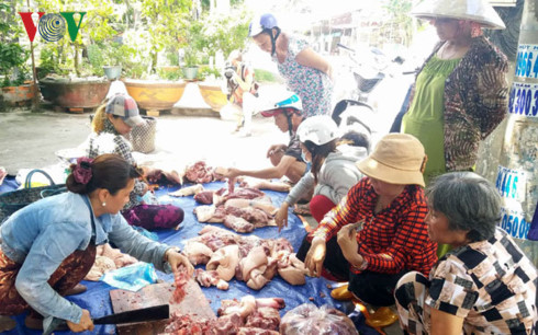 Thịt lợn  được bày bán tại nơi công cộng ở tỉnh Tiền Giang.