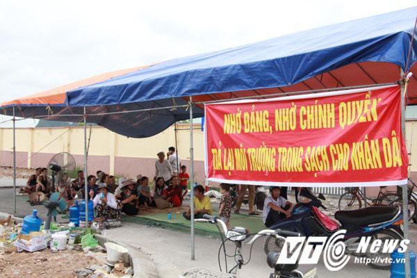 Gần 1 tuần qua, bức xúc trước tình trạng bãi rác khổng lồ gây ô nhiễm môi trường, ảnh hưởng đến đời sống và sản xuất, hàng trăm người dân xã Gia Minh, huyện Thủy Nguyên, TP Hải Phòng đã lập chiến lũy, lập barie chặn không cho xe chở rác đi vào khu vực bãi rác thải tạm Da Lợn thuộc địa bàn xã Minh Tân (xã liền kề với xã Gia Minh).