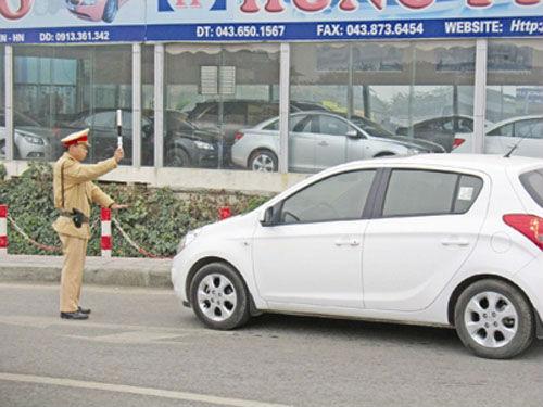 Người mua ô tô trả góp lo lắng khi tham gia giao thông vì sợ bị công an phạt do thiếu giấy tờ gốc.