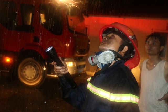 Sau hơn 1 giờ nỗ lực chữa cháy đám cháy được khống chế và dập tắt hoàn toàn, 7 người mắc kẹt trên tầng thượng đã được giải cứu.