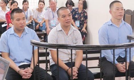 Bị cáo Huy Phong (bên phải) và đồng phạm tại phiên xử.