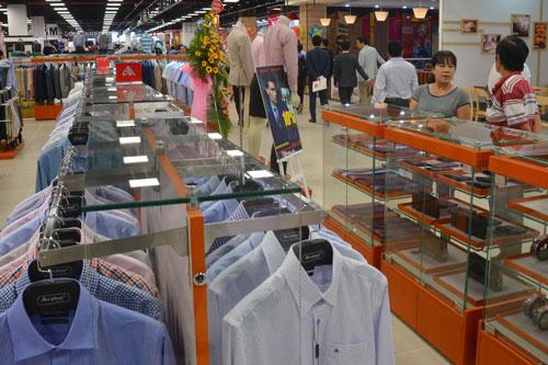 Sản phẩm của một hãng thời trang Việt được bày bán ở trung tâm thương mại tại TP HCM Ảnh: Tấn Thạnh