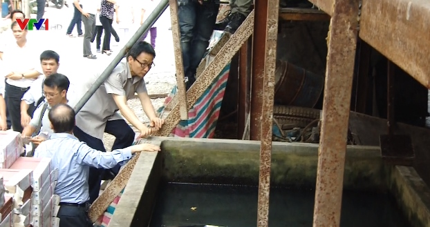 Phó Thủ tướng kiểm tra một bể nước tại một công trường.