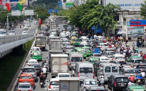 Khu vực cửa ngõ sân bay Tân Sơn Nhất tại đường Trường Sơn thường ùn tắc dù có cầu vượt.