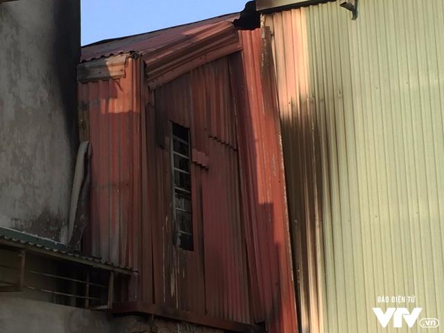 Phía sau nhà xưởng hoàn toàn không có cửa thoát hiểm
