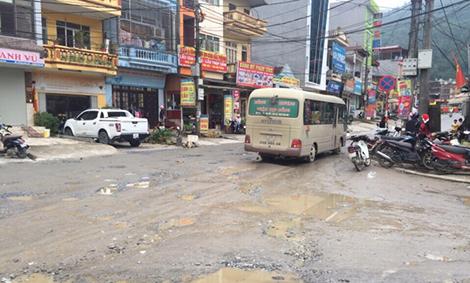 Con đường ngay trung tâm thị trấn Sa Pa đầy ổ gà.