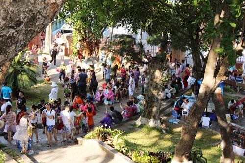 Khách Trung Quốc rất đông ở tháp Bà Ponagar (Nha Trang)Ảnh: Kỳ Nam