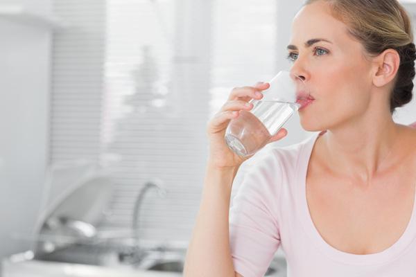 Uống nhiều nước lạnh vào mùa hè có thể khiến bạn bị viêm họng thường xuyên. (Ảnh: Internet)