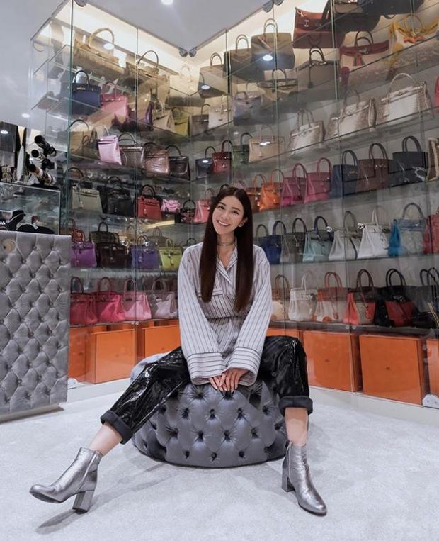 Jamie Chua bên bộ sưu tập túi khổng lồ.