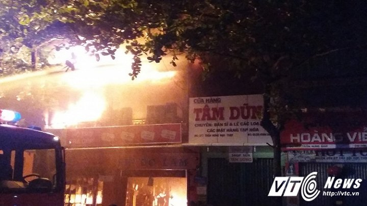 Cửa hàng điện nước Phước Lâm bốc cháy dữ dội trong đêm. (Ảnh: D.L)