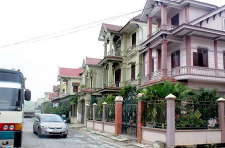 Hai bên những con phố vào trọng điểm xã Diễn Tháp là những dãy nhà villa liền kề nhau.