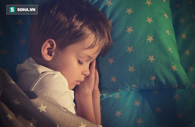 Theo nghiên cứu tại Đại học Luân Đôn, trẻ em ngủ thêm 1 tiếng mỗi đêm sẽ có cân nặng vừa phải, cơ nạc nhiều hơn và tích lũy đường ít hơn.