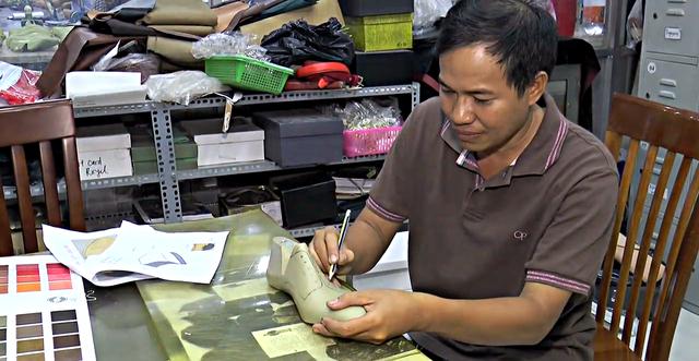 Doanh nhân Lê Huy Tiến tại xưởng giày đặt tại huyện Hóc Môn
