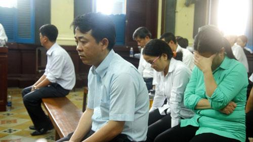 Các bị cáo trong vụ án VN Pharma tại phiên tòa - Ảnh: QUỐC CHIẾN
