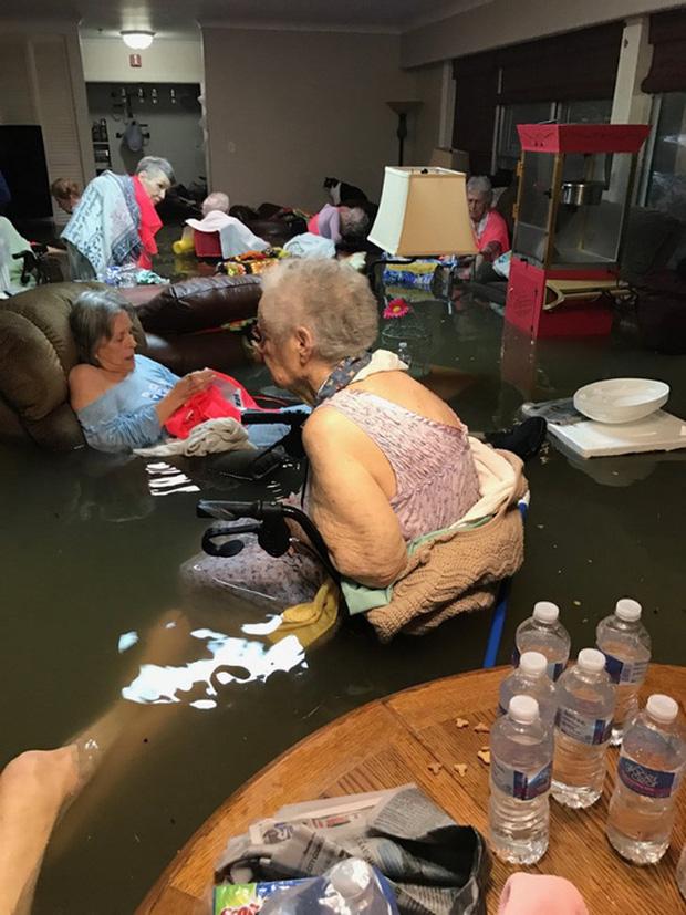 15 người trong viện dưỡng lão bị mắc kẹt do bão Harvey. Ảnh: TWITTER