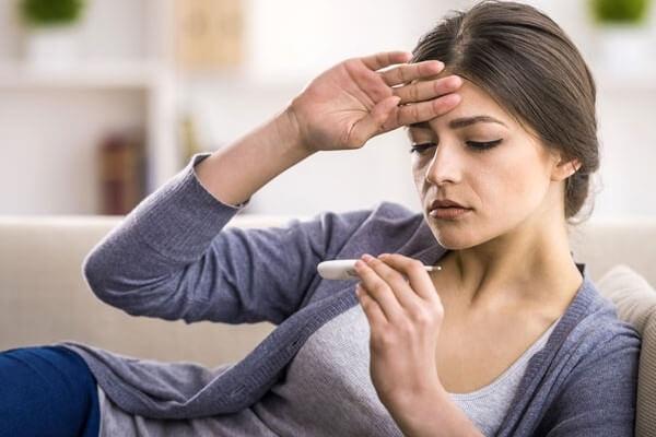 Dấu hiệu ban đầu của sốt xuất huyết, sốt virus và sốt thường rất giống nhau khiến nhiều người nhầm lẫn.
