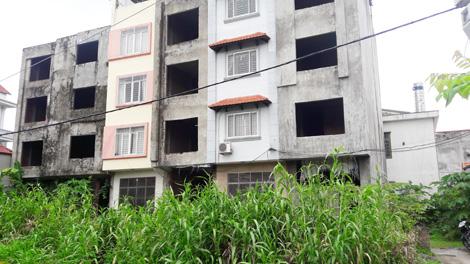 Những ngôi nhà xây sẵn ở thôn Kim Hoàng (xã Vân Canh, Hoài Đức) có diện tích khoảng 40m2 đang được rao bán với giá xấp xỉ 2 tỷ đồng