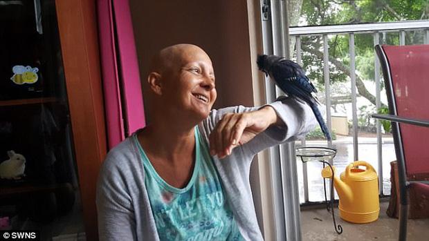 Dina và chú chim Gracie.