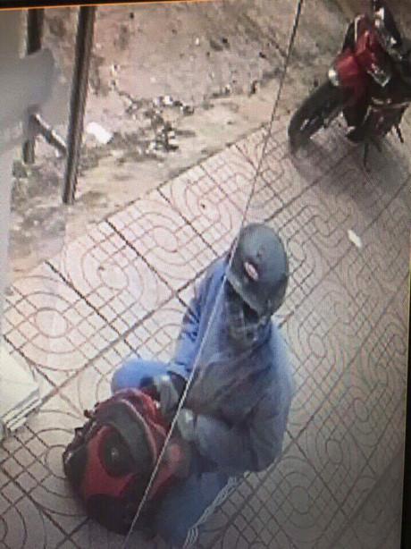 Hình ảnh nghi phạm và chiếc xe máy trích xuất từ camera