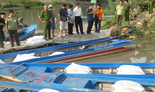 Lực lượng tính năng tỉnh An Giang thu giữ nhiều vỏ lãi chở các con phố cát nhập lậu