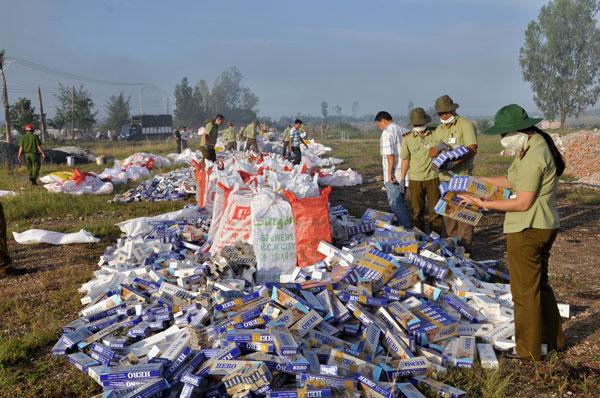 Lực lượng chức năng tiêu hủy số lượng lớn thuốc lá lậu. Ảnh: Minh Long