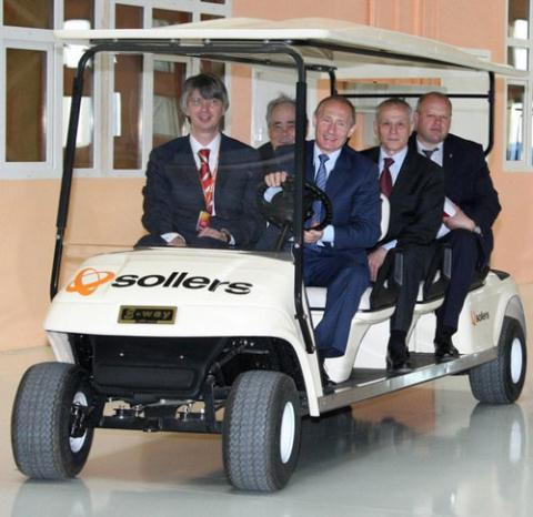 Ông Vadym Shvetsov - ngồi cạnh Tổng thống Nga Vladimir Putin khi ông tới thăm nhà máy Soller.