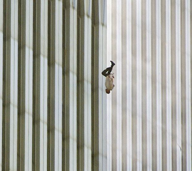 Bức ảnh người đàn ông rơi (The falling man) từ tòa tháp phía bắc trong sự kiện 11/9/2001 đã trở thành nỗi ám ảnh của bao người. Tác giả Richard Drew.