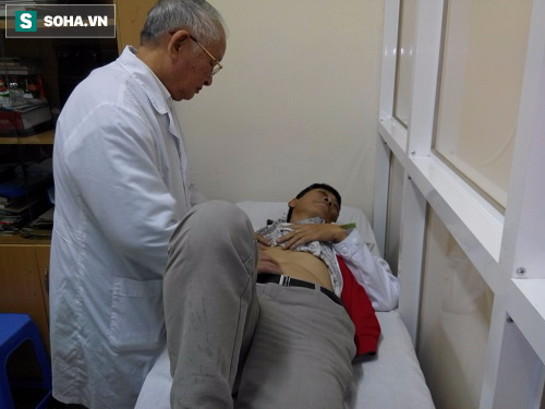 GS Trạch kiểm tra từng vị trí đau tức và phình chướng trên bụng bệnh nhân.