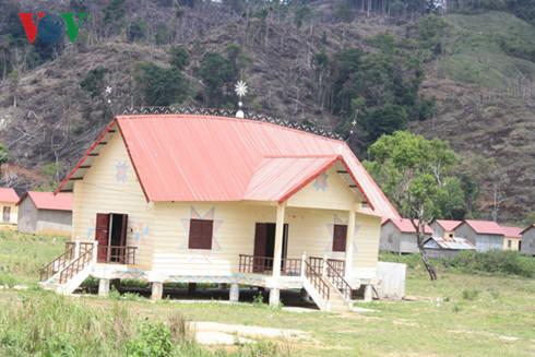 Được đầu tư hơn chực tỉ đồng nhưng tình trạng bỏ làng tái định cư trở nên phổ biến.