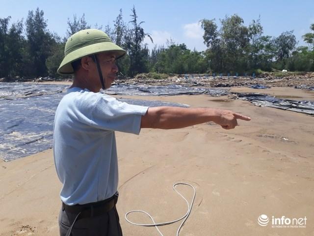 Ông Nguyễn Văn Hùng bên đầm tôm bị mất trắng