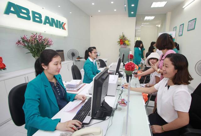 Khách hàng giao dịch tại ngân hàng.