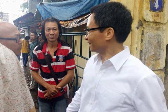 Phó Thủ tướng Vũ Đức Đam trò chuyện với nghệ sĩ Hãng phim Truyện Việt Nam Ảnh: LÊ ĐÌNH NGUYÊN