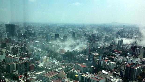 Khói bụi phủ khắp thành phố Mexico sau ngày thứ ba trận động đất 7,1 độ richter xảy ra.