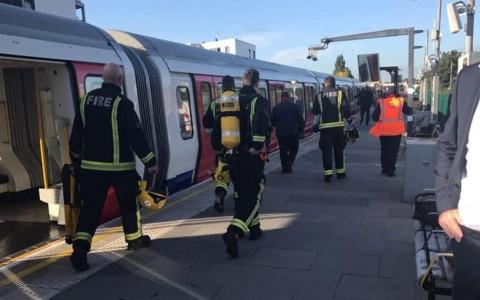 Hiện trường vụ tấn công nhà ga tàu điện tại London. Ảnh: Reuters