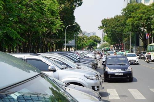 Bãi đỗ ô tô ở khu vực trung tâm TP HCM đang rất khan hiếm, khiến tình trạng ùn tắc thêm căng thẳng