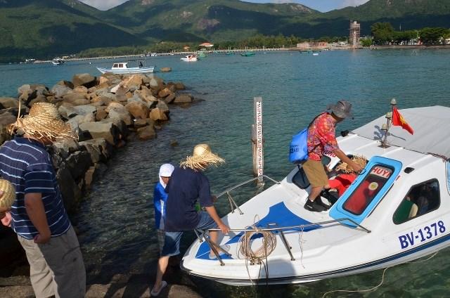 Du khách đi cano thăm quan du lịch tại Côn Đảo