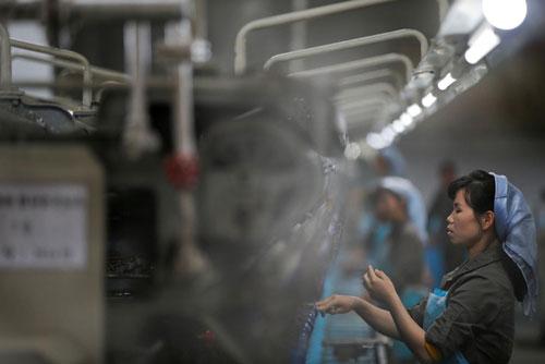 Một nhà máy dệt ở thủ đô Bình Nhưỡng - Triều Tiên Ảnh: REUTERS