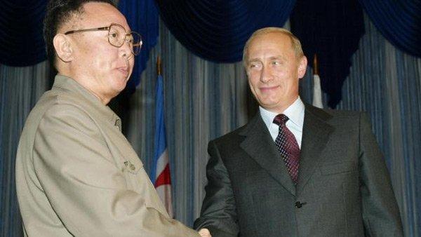 Ông Kim Jong Il bắt tay Tổng thống Nga Vladimir Putin trong cuộc gặp ở Vladivostok năm 2002.