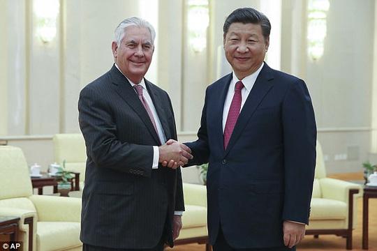 Ngoại trưởng Mỹ Rex Tillerson bắt tay Chủ tịch Trung Quốc Tập Cận Bình trong chuyến thăm Bắc Kinh hôm 30-9. Ảnh: AP