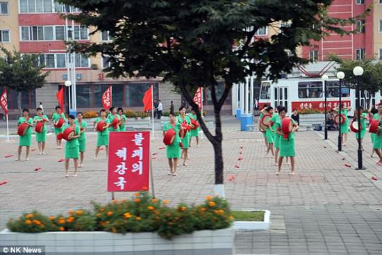 Các áp phích phông đỏ chữ trắng mọc như nấm ở Bình Nhưỡng.