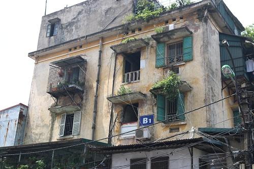 Khu tập thể Nguyễn Công Trứ tòa nhà B1 rêu phong, cũ kỹ