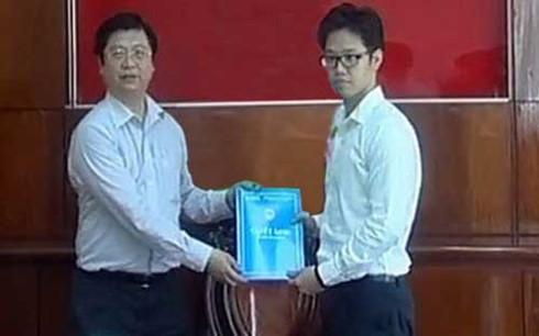 Ông Vũ Minh Hoàng (phải) nhận quyết định điều về làm phó giám đốc Trung tâm xúc tiến đầu tư thương mại và hội chợ triển lãm Cần Thơ.