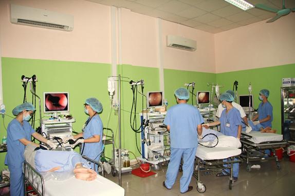 Điều trị cho bệnh nhân tiêu hóa tại Trung tâm Nội soi, BV Đại học Y Hà Nội.